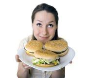 De dienende cheeseburgers van de vrouw stock afbeelding
