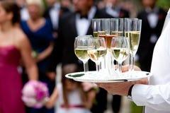 De dienende dranken van de kelner - huwelijksreeks Royalty-vrije Stock Afbeeldingen