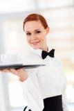 De dienende koffie van de serveerster Stock Foto's