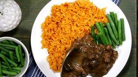 De dienende Slabonen van Rundvleesstew on tomato rice with stock videobeelden