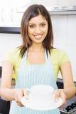De dienende thee van de vrouw Stock Afbeelding