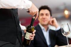 De dienende wijn van de kelner Stock Afbeelding