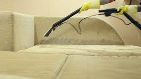 De dienst die vuile bank en stoelen met speciaal hulpmiddel schoonmaken stock videobeelden