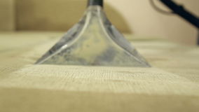 De dienst die vuile bank en stoelen met speciaal hulpmiddel schoonmaken stock video
