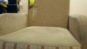 De dienst die vuile bank en stoelen met speciaal hulpmiddel schoonmaken stock footage