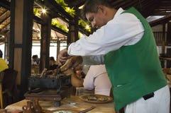 De dienst in een restaurant Kelner die geroosterd vlees dienen Stock Afbeelding