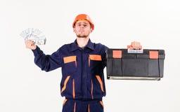 De dienst en betalingsconcept Mens met toolbox geworden salaris, geld royalty-vrije stock afbeelding