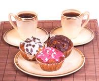 Koppen koffie en muffins op een plaat Stock Afbeeldingen