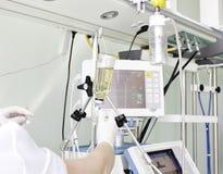 De dienst in ICU. Het werk met een zware patiënt. Stock Afbeelding