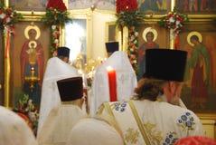 De dienst in de Orthodoxe Kerk priesters stock afbeelding