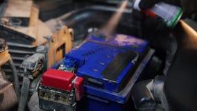 De dienst van de auto Een mechanische mensen bespuitende batterij met een verf stock videobeelden