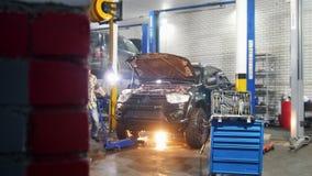 De dienst van de auto Mechanische mens die dichter aan een hulpmiddelgeval komen stock video