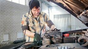 De dienst van de auto Mechanische mens die een deel van de auto afsluiten onder de kap stock videobeelden