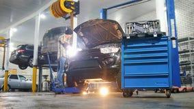 De dienst van de auto Mechanische mens die een auto herstellen stock footage