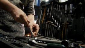 De dienst van de auto Mechanische mens die de juiste groottemoersleutel in het hulpmiddelgeval kiezen stock footage