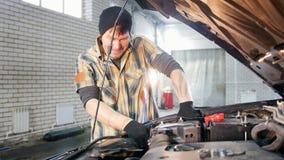 De dienst van de auto Mechanische mens die de motor afsluiten stock videobeelden