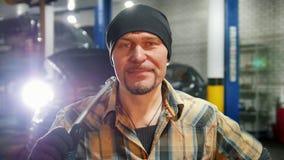 De dienst van de auto Mechanische mens die zich door de auto bevinden stock videobeelden
