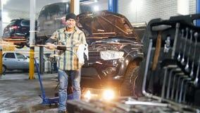 De dienst van de auto De mechanische mens die zich door de auto bevinden en veegt van het hulpmiddel af stock video