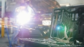 De dienst van de auto Mechanische mens die zich door de auto met open kap bevinden en met een hulpmiddel werken Hulpmiddelgeval o stock videobeelden