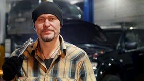 De dienst van de auto Mechanische mens in zwarte hoed die zich door de auto bevinden stock videobeelden