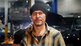 De dienst van de auto Mechanische mens in zwarte hoed die zich door de auto bevinden die een hulpmiddel houden stock video