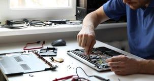 de dienst van de computerreparatie - technicus die gebroken laptop herstellen stock footage