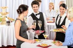 De dienst van de catering bij de aanbiedingsvoedsel van de bedrijfgebeurtenis Stock Foto's