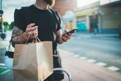 De dienst van het de leveringsvoedsel van de koeriersfiets thuis Gebaarde Mensenkoerier die een kaart app op mobiele telefoon geb royalty-vrije stock foto's