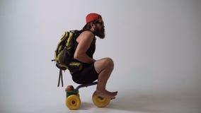 De dienst van de levering Niet babylevering Een grappige gebaarde mens berijdt een kinderen` s fiets stock videobeelden