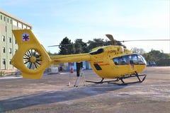 De dienst van de luchtredding De ziekenwagen van de helikopterlucht op helihaven stock afbeelding