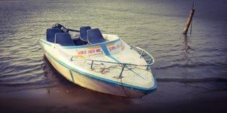 De dienst van de snelheidsboot bij kavvayimeer in Kerala stock afbeelding