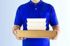 De dienst van de voedsellevering of ordevoedsel online Leveringsmens in blauw royalty-vrije stock fotografie