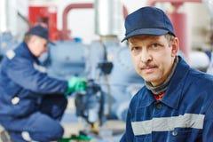 De dienstarbeider bij industriële compressorpost Royalty-vrije Stock Foto's