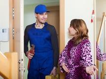 De dienstarbeider van de huisvrouwenvergadering thuis royalty-vrije stock foto
