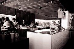 De dienstbar met waterfles en glazen Royalty-vrije Stock Afbeeldingen