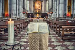 De dienstboek in de oude kerk Stock Foto