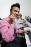 De dienstexploitanten die op Hoofdtelefoon communiceren stock afbeeldingen