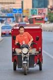 De dienstfiets van de koerierslevering op de weg, Peking, China Royalty-vrije Stock Foto's
