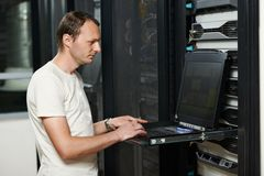 De dienstingenieur in serverruimte Royalty-vrije Stock Afbeeldingen
