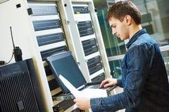 De dienstingenieur in serverruimte Stock Afbeelding