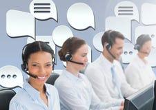 De dienstmensen van de klantenzorg met praatjebellen Stock Foto's