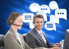 De dienstmensen van de klantenzorg met praatjebellen Stock Fotografie