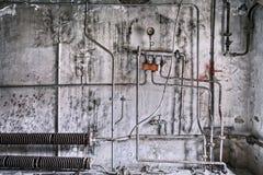 De dienstpijpen de verlaten bouw Stock Afbeelding