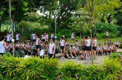 De dienstplichtigenmilitairen van Singapore na vastgestelde afstandslooppas Stock Foto's