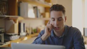 De dienstteam dat van de klant in hoofdtelefoons werkt nadruk stock footage