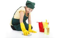 De dienstvrouw die de vloer schoonmaken royalty-vrije stock foto