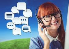 De dienstvrouw van de klantenzorg met Praatjebellen Stock Foto's