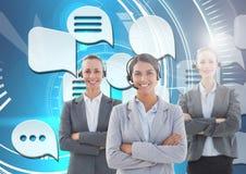 De dienstvrouwen van de klantenzorg met praatjebellen Stock Foto