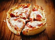 De diepe Pizza van de Schotel stock foto