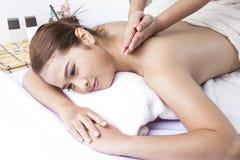 De diepe therapie van de weefselmassage in kuuroord Royalty-vrije Stock Afbeeldingen